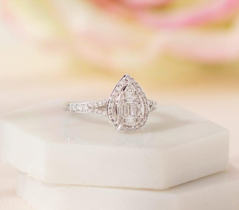 Traditional bridal engagement ring